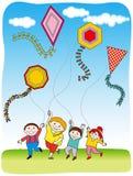 Kinderen die Vliegers vliegen Stock Fotografie