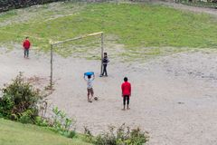 Kinderen die voetbal in Ghalegaun, Nepal spelen Royalty-vrije Stock Foto
