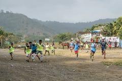 Kinderen die voetbal op de straat in dorpscentrum spelen van Capurgana, Colombia royalty-vrije stock afbeelding