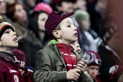 Kinderen die voetbal op spel letten royalty-vrije stock foto