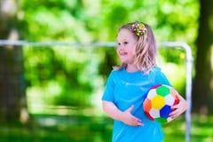 Kinderen die voetbal in openlucht spelen Stock Afbeeldingen