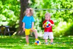 Kinderen die voetbal in openlucht spelen Stock Fotografie