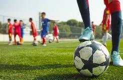 Kinderen die voetbal spelen Stock Foto