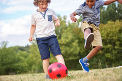 Kinderen die voetbal spelen stock afbeeldingen