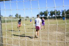 Kinderen die voetbal spelen Royalty-vrije Stock Afbeeldingen