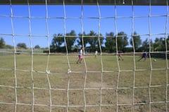 Kinderen die voetbal spelen Stock Foto's