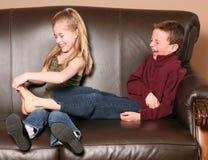 Kinderen die voeten kietelen Royalty-vrije Stock Afbeelding