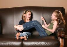 Kinderen die voeten kietelen Stock Fotografie