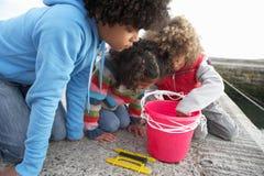 Kinderen die voor krabben vissen stock fotografie