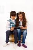 Kinderen die voor tabletPC worstelen Stock Fotografie