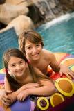 Kinderen die water zwemmen Stock Foto's
