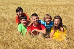 Kinderen die in wheatfield zitten Royalty-vrije Stock Afbeeldingen