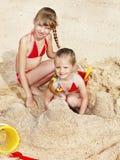 Kinderen die in zand spelen stock fotografie