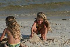 Kinderen die zandkasteel bouwen Royalty-vrije Stock Afbeelding