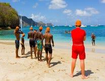 Kinderen die zich voor de het zwemmen concurrentie in de grenadines verzamelen Stock Foto's