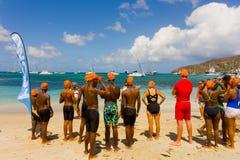 Kinderen die zich voor de het zwemmen concurrentie in de grenadines verzamelen Royalty-vrije Stock Afbeelding