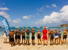 Kinderen die zich voor de het zwemmen concurrentie in de grenadines verzamelen Royalty-vrije Stock Afbeeldingen