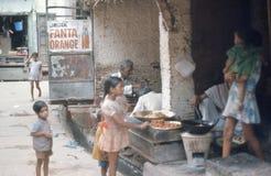Kinderen die zoete cakes kopen. Royalty-vrije Stock Foto