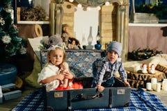 Kinderen in een jongen en een meisje 1 van studiokerstmis Stock Fotografie