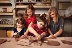 Kinderen in een kleistudio Royalty-vrije Stock Foto