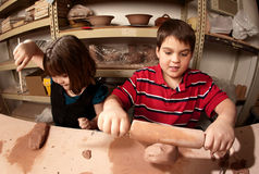 Kinderen in een kleistudio Stock Foto's