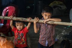 Kinderen in een visserijdorp in Sihanoukville, Kambodja Royalty-vrije Stock Fotografie