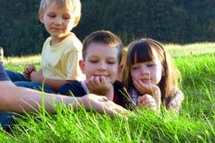 Kinderen in een Weide Stock Foto