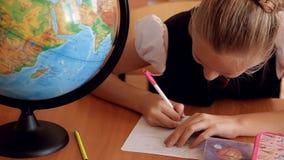 Kinderen in eenvormig op de les van aardrijkskunde stock footage