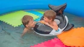Kinderen en Aard Jonge volwassenen Reizend concept Vakantie Reis met kinderen Waterspelen Gelukkige kinderjaren stock afbeelding
