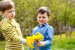 Kinderen en boeket van gele paardebloemen royalty-vrije stock foto's