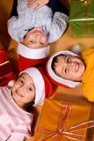 Kinderen en de giften van Kerstmis Stock Foto's