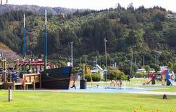 Kinderen en families die van de Picton-waterkantspeelplaats genieten stock afbeeldingen