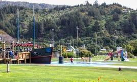 Kinderen en families die van de Picton-waterkantspeelplaats genieten royalty-vrije stock foto