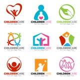 Kinderen en het vector vastgestelde ontwerp van het zorgembleem Stock Foto's