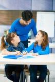 Kinderen en leraar in klaslokaal Royalty-vrije Stock Foto's