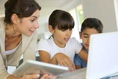Kinderen en leraar op school stock fotografie