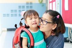 Kinderen en moeder gaat de schreeuwende eerste dag naar pre-kleuterschoolscho Royalty-vrije Stock Foto's