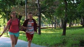 Kinderen en onderwijs, zuster en broer stock footage