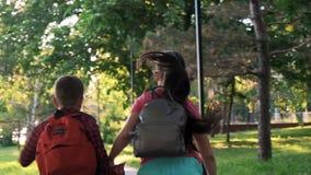 Kinderen en onderwijs, zuster en broer stock videobeelden