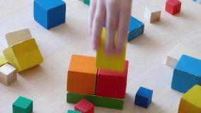 Kinderen en ouder het spelen samen met houten bakstenen stock videobeelden