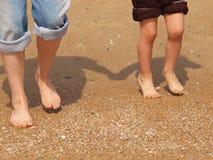 Kinderen en volwassen benen Stock Afbeeldingen
