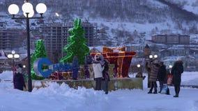 Kinderen en volwassenen bij feestelijk samenstellings Gelukkig Nieuwjaar dat worden gefotografeerd stock videobeelden