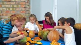 Kinderen en Volwassenen die Halloween-Pompoenen schoonmaken stock video