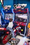 Kinderen en volwassenenspel op de gokautomaten, aantrekkelijkheden in het winkelcentrum De families met kinderen hebben pret en s royalty-vrije stock fotografie