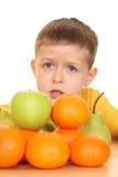 Kinderen en vruchten Stock Afbeeldingen