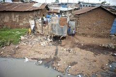 Kinderen en vuil water, Kibera Kenia Stock Afbeeldingen