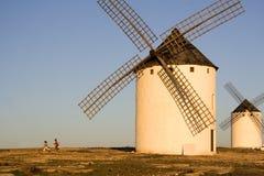 Kinderen en windmolens stock afbeelding