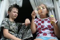 Kinderen en zeep-bel stock afbeelding