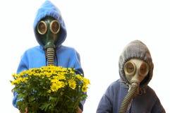 Kinderen in gasmaskers Stock Afbeelding