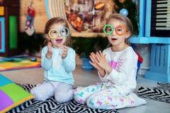 Kinderen gekleurde glazen om een lied te zingen Twee zusters Concep Royalty-vrije Stock Afbeelding